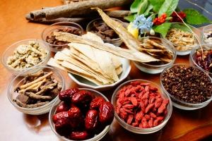 ビタミン・ミネラル豊富な30種類の漢方配合で、健康にも肌にも優しい火鍋をご用意! クセになる一口を是非お試しください♪